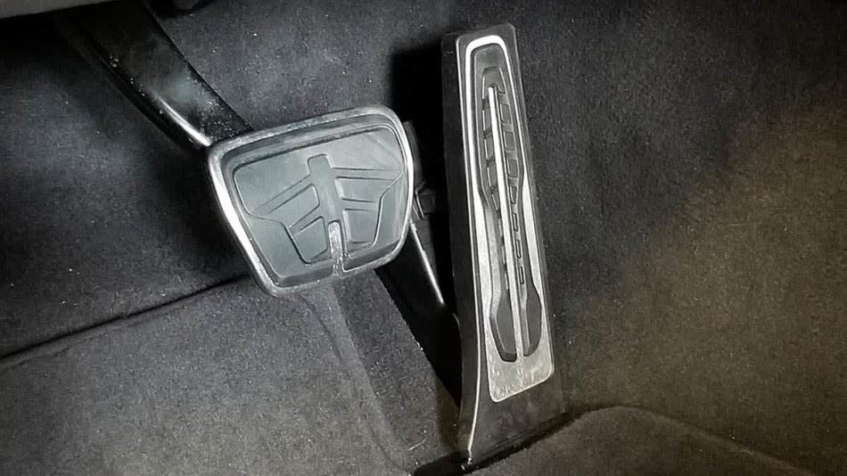 Появилась опция для водителей, которые путают педали газа и тормоза
