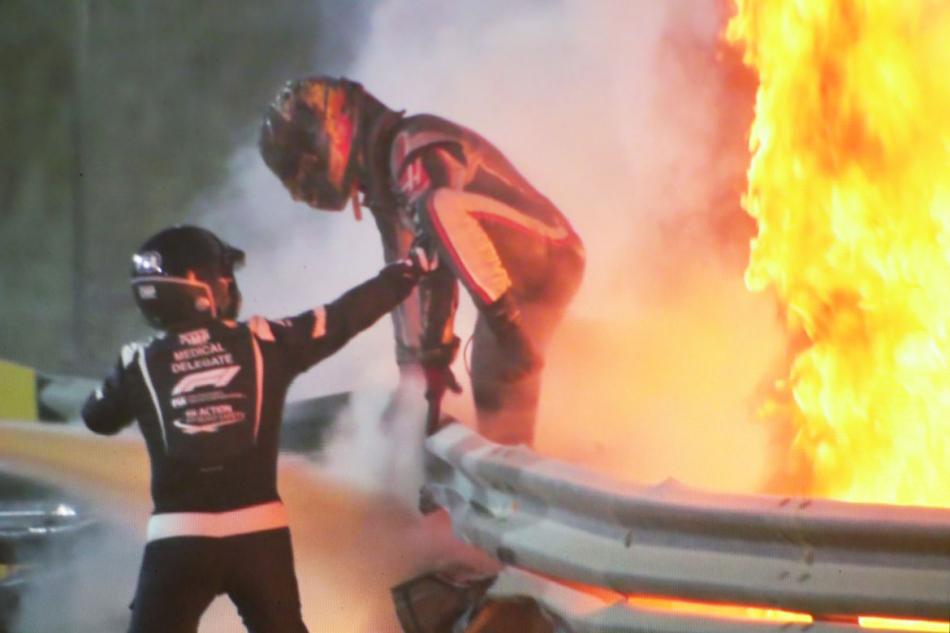 Грожан покидает место аварии в Бахрейне в 2020 году