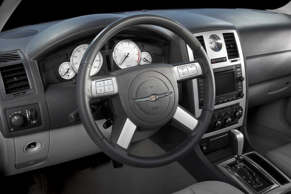 Chrysler 300C 1 поколение (2005-2011) Универсал интерьер
