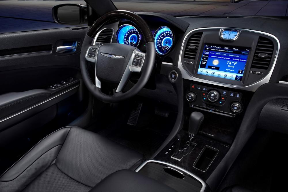 Chrysler 300C 2 поколение (2011-2014) Седан 4-дв. интерьер
