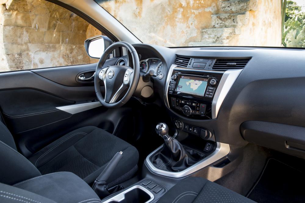 Nissan Navara D23 (2015) Пикап Полуторная кабина King-Cab интерьер