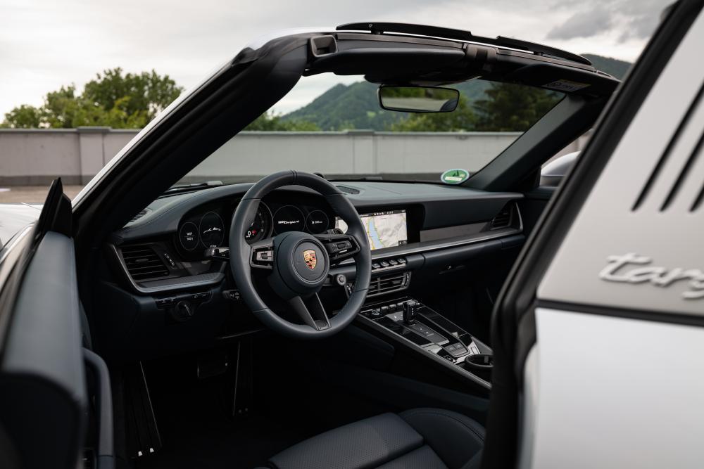 Porsche 911 8 поколение 992 (2019) Тарга интерьер