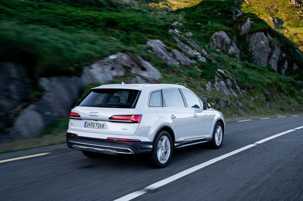 Audi Q7 2 поколение рестайлинг вид сзади в динамике