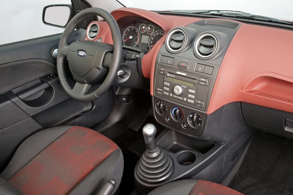 Ford Fiesta 5 поколение рестайлинг хетчбэк 3-дв. интерьер