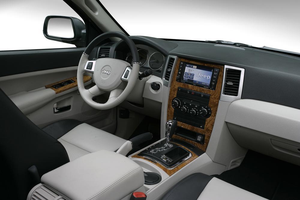 Jeep Grand Cherokee 3 поколение WK интерьер