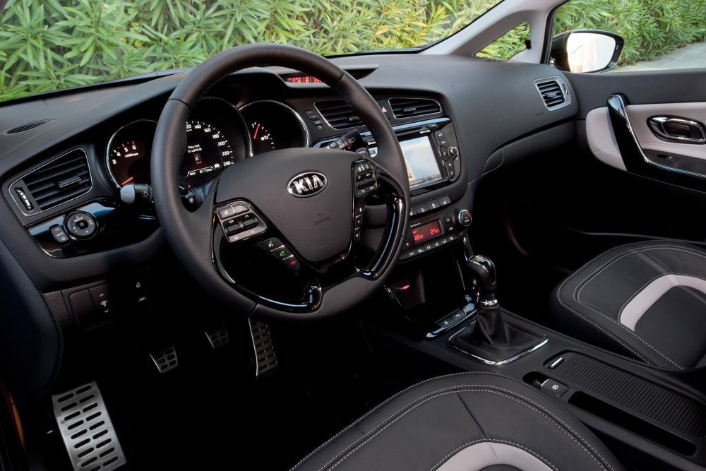 Kia Cee'd 2 поколение SW универсал интерьер