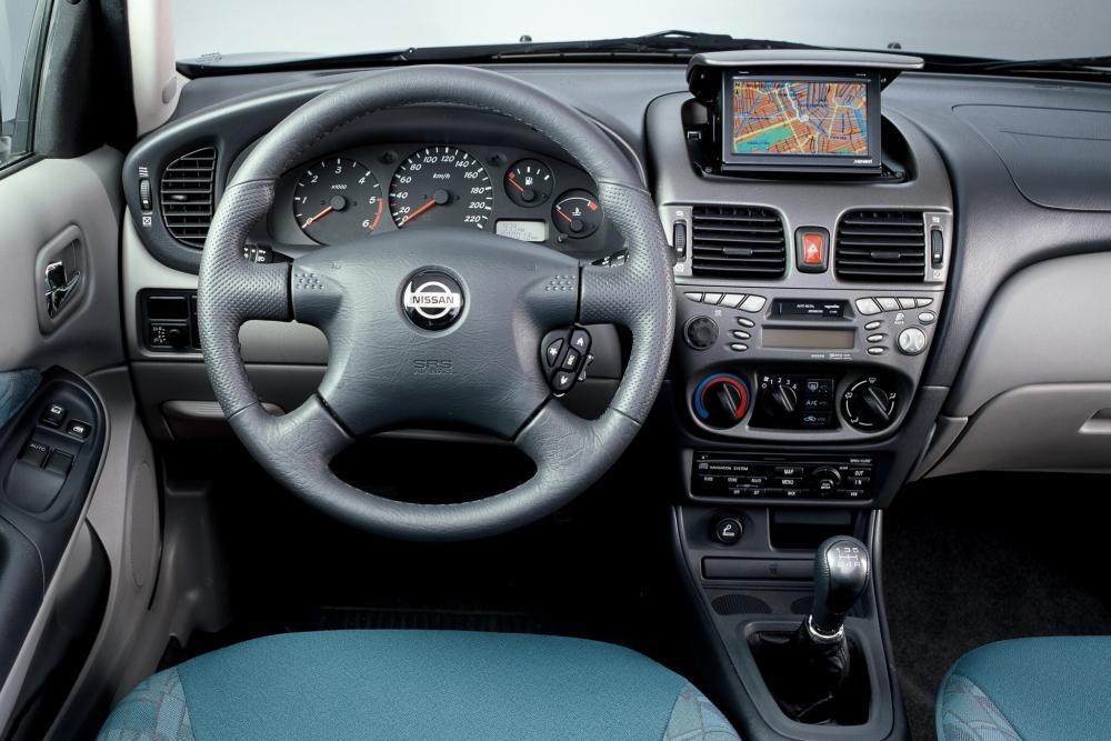 Nissan Almera 2 поколение N16 Хетчбэк 3-дв. интерьер