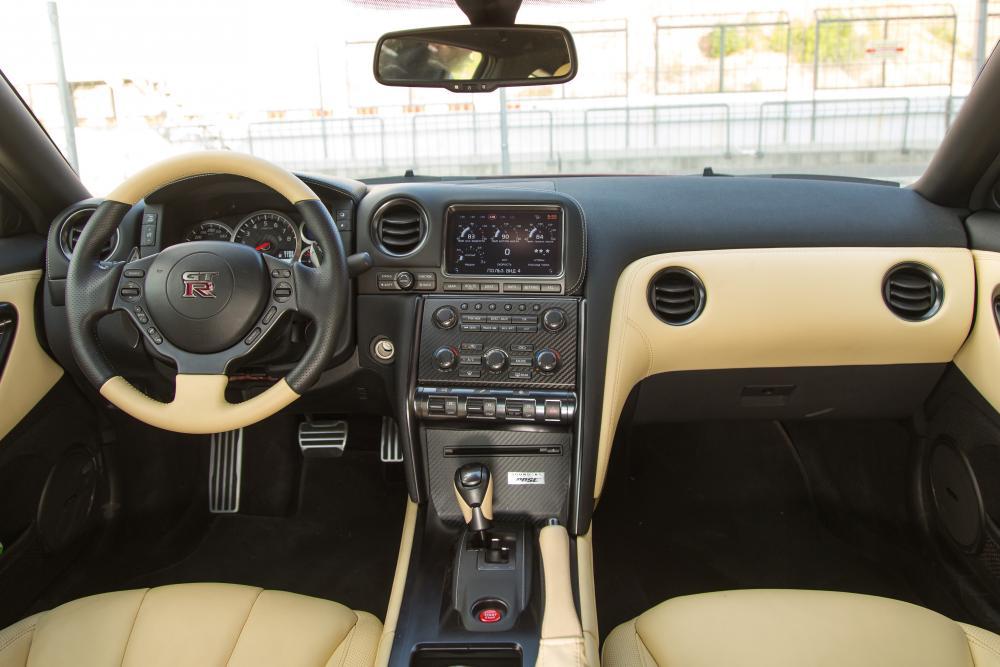 Nissan GT-R R35 [2-й рестайлинг] (2014-2016) Купе интерьер