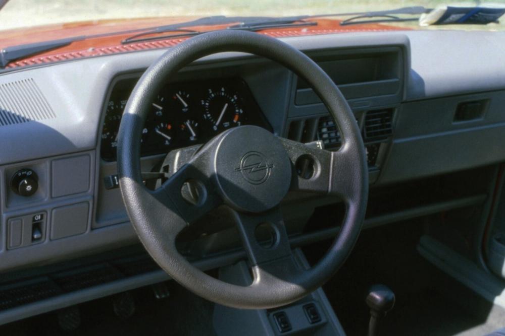 Opel Corsa 1 поколение A [рестайлинг] (1988-1990) GSi хетчбэк 3-дв. интерьер