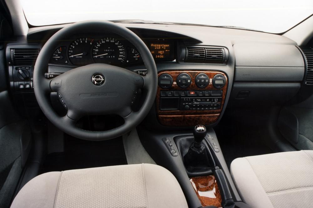 Opel Omega 2 поколение B (1994-1999) Седан интерьер