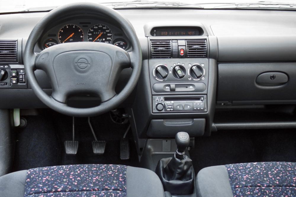 Opel Tigra 1 поколение (1994-2000) Купе интерьер