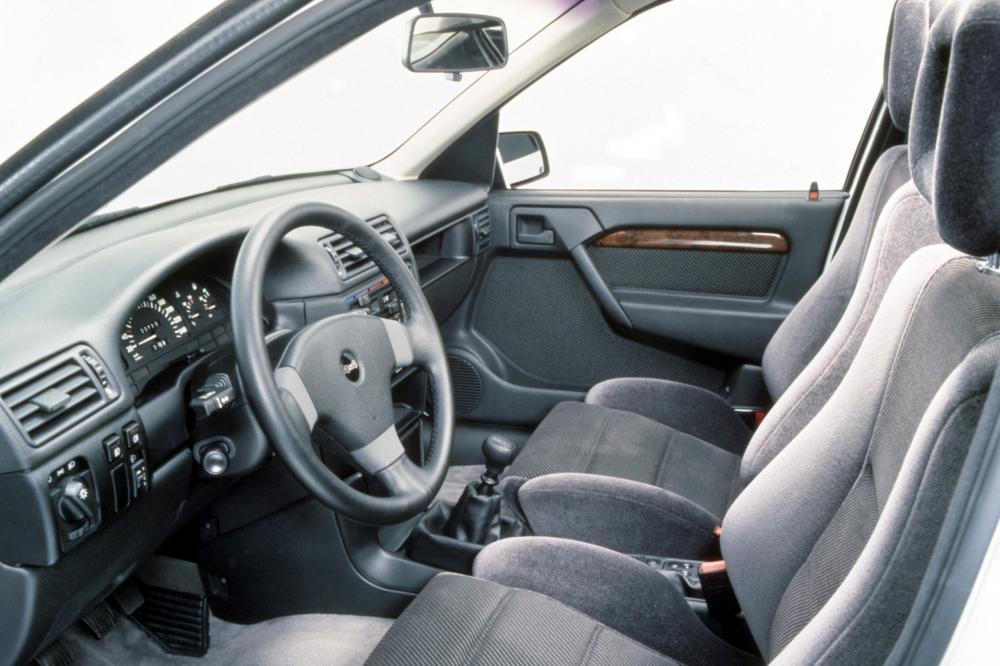 Opel Vectra 1 поколение A (1988-1995) Седан интерьер