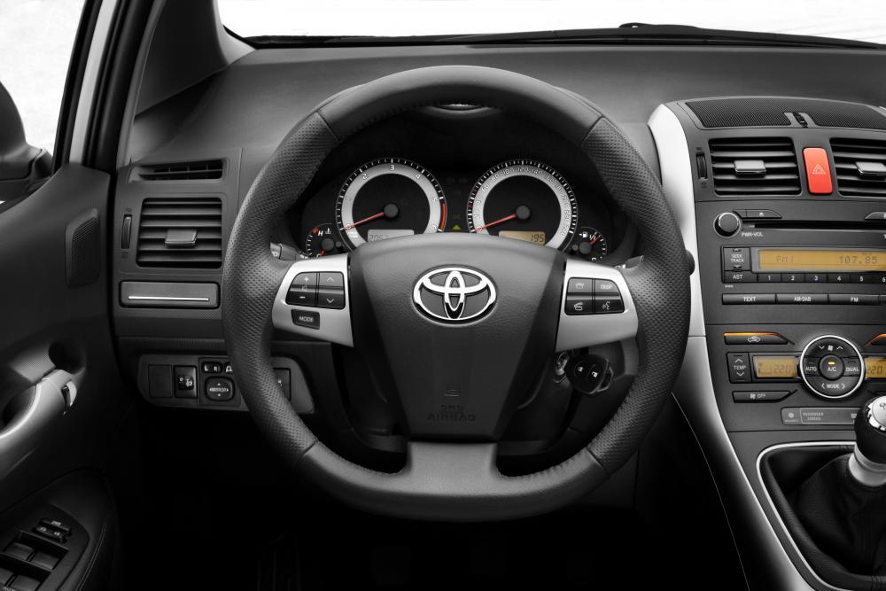 Toyota Auris 1 поколение [рестайлинг] (2010-2012) Хетчбэк 5-дв. интерьер