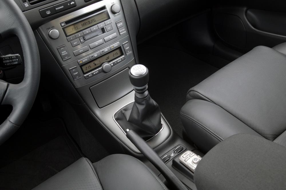 Toyota Avensis 2 поколение (2002-2006) Седан интерьер