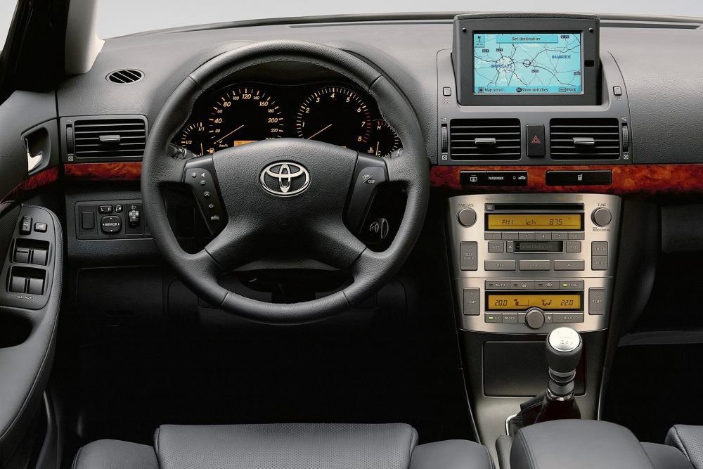 Toyota Avensis 2 поколение (2002-2006) Универсал интерьер