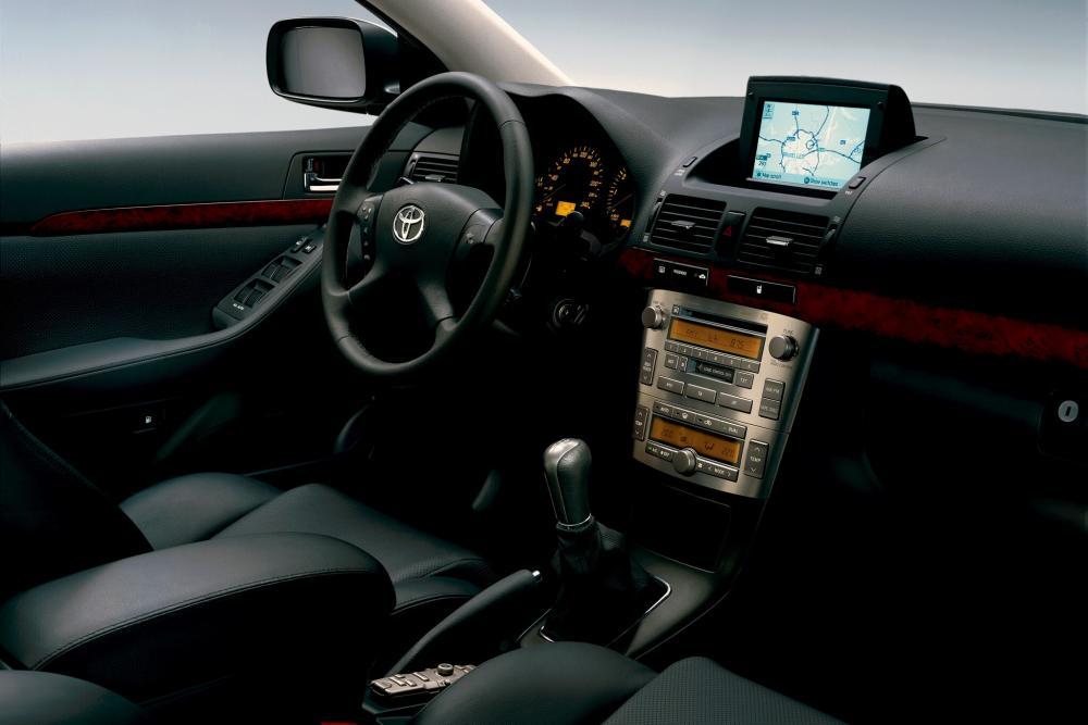 Toyota Avensis 2 поколение (2002-2006) Лифтбэк интерьер