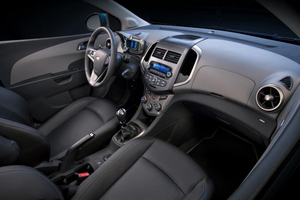 Chevrolet Aveo T300 (2011-2016) Хетчбэк интерьер
