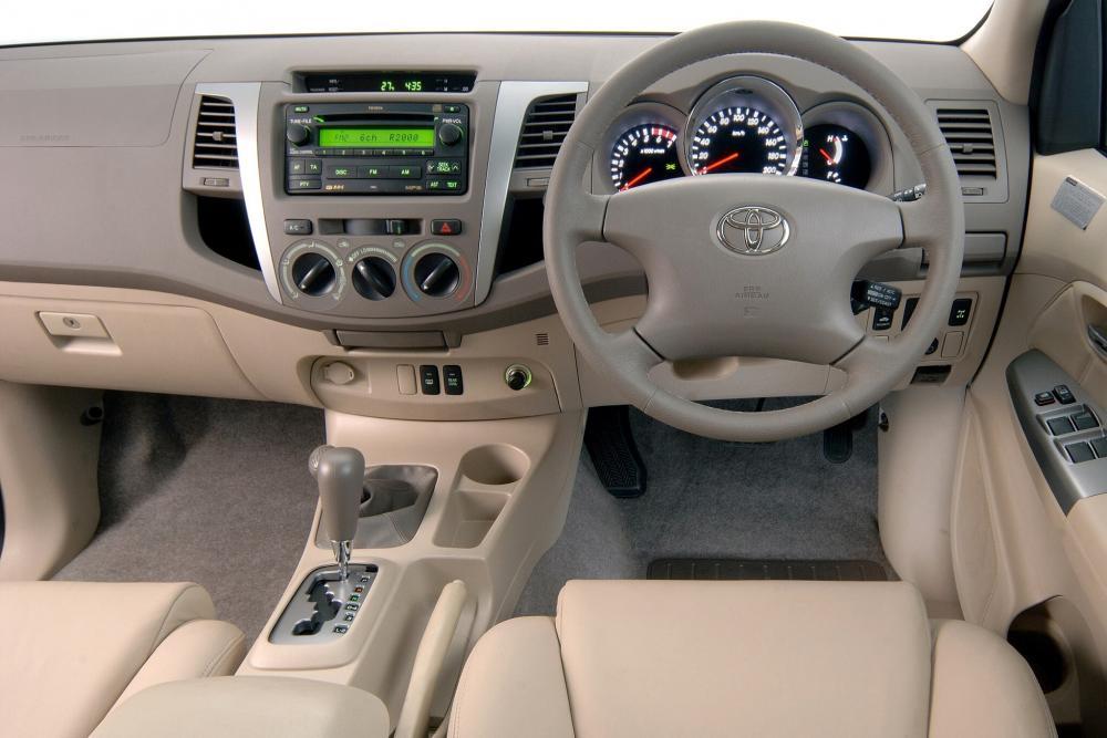 Toyota Fortuner 1 поколение внедорожник интерьер, кокпит