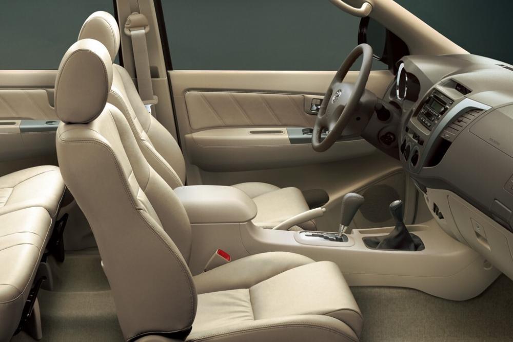 Toyota Fortuner 1 поколение внедорожник интерьер