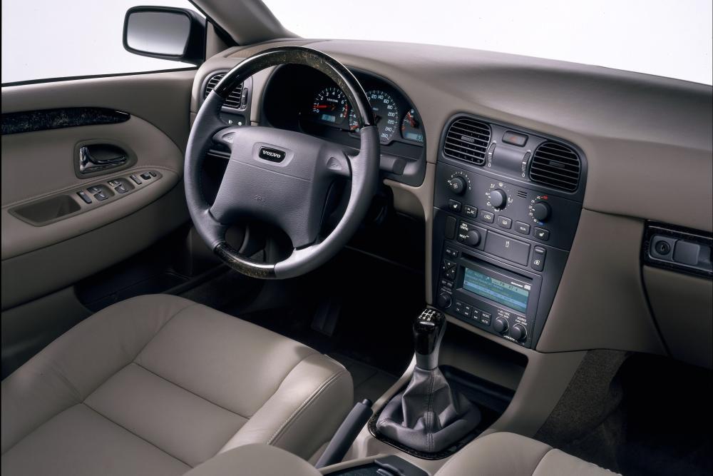 Volvo V40 1 поколение рестайлинг Универсал интерьер