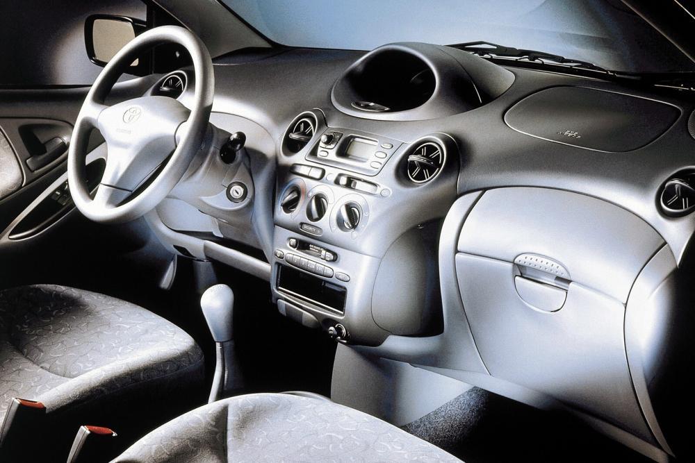 Toyota Yaris 1 поколение P1 (1999-2003) Хетчбэк 5-дв. интерьер