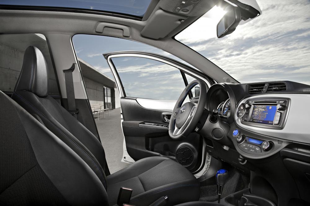 Toyota Yaris 3 поколение XP130 (2012-2014) Hybrid хетчбэк 5-дв. интерьер