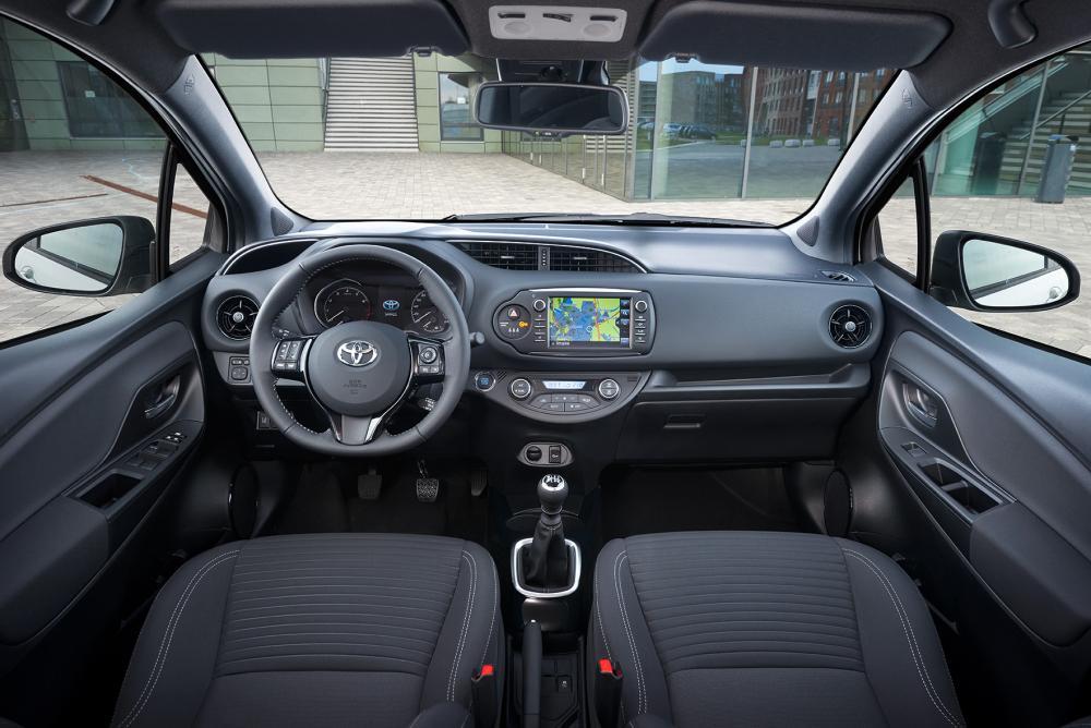 Toyota Yaris 3 поколение XP130 [2-й рестайлинг] (2017-2020) хэтчбек интерьер