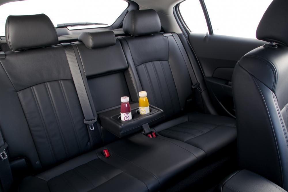 Chevrolet Cruze 2 поколение J300 (2009-2012) Хетчбэк интерьер