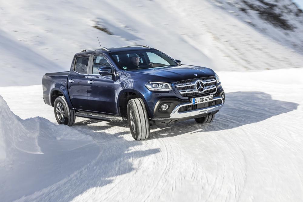 Mercedes-Benz X-Класс на повороте на зимней дороге