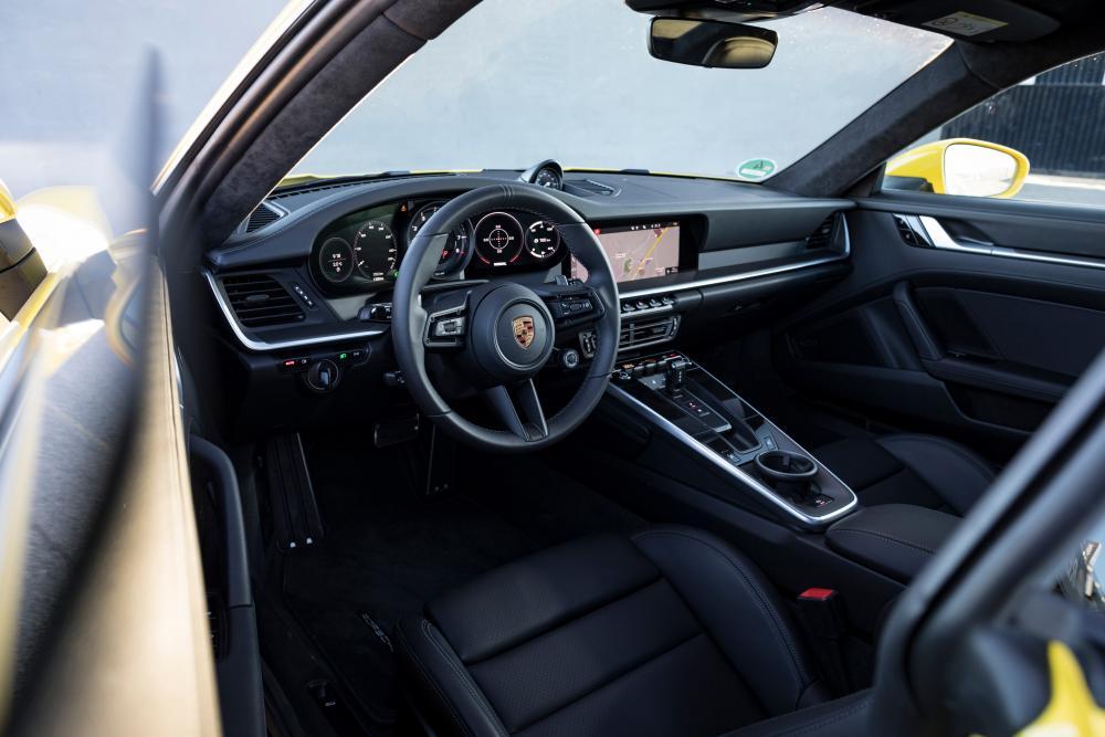 Porsche 911 992 Carrera купе интерьер